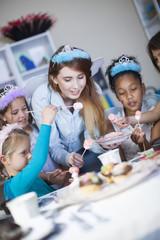 Mädchen auf einer Geburtstagsparty