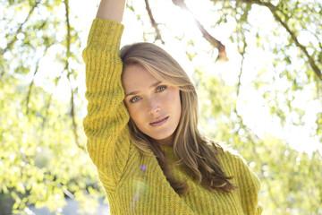 Portrait einer jungen Frau mit Strickpullover