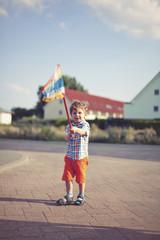 Glücklicher kleiner Junge mit einem Netz