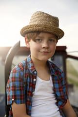 Porträt des lächelnden kleinen Jungen mit Strohhut
