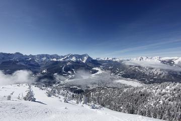 Deutschland, Bayern, Oberbayern, Garmisch-Partenkirchen, Blick auf schneebedeckte Berge