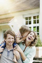 Deutschland, Hessen, Frankfurt am Main, Glückliches Paar mit Tochter vor der Villa