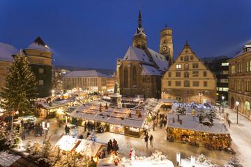 Deutschland, Baden-Württemberg, Stuttgart, Blick auf Weihnachtsmarkt in der Nacht