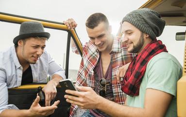 Gruppe von Freunden mit Handy in einem Auto