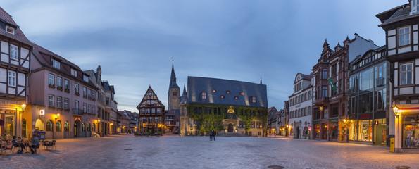 Deutschland, Sachsen-Anhalt, Quedlinburg, Marktplatz in der Abenddämmerung