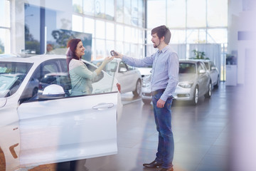 Autohändler, Schlüsselübergabe an Kunde
