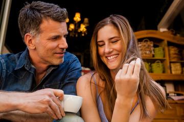 Portrait, glückliches Paar trinkt Kaffee