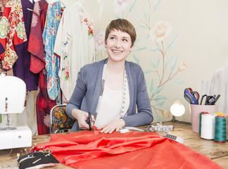 Portrait der Mode-Designerin an ihrem Schreibtisch