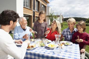 Deutschland, Bayern, Nürnberg, Familie, Barbecue im Garten
