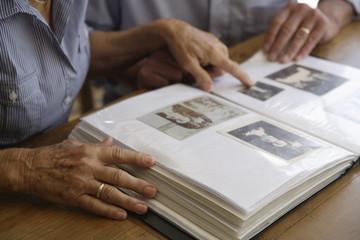 Deutschland, Bayern, älteres Paar mit Fotoalbum