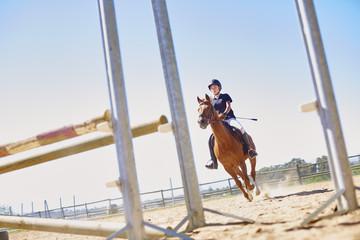 Mädchen mit Pferd auf Parcours