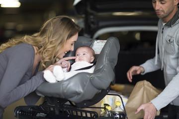 Familie im Einkaufszentrum mit Baby