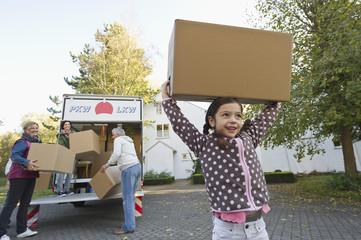 Deutschland, Bayern, Grobenzell, Familie mit Kartons für Umzug