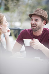Mann macht Kaffeepause mit seiner Freundin