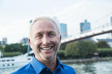 Deutschland, Frankfurt, Porträt der lächelnde Geschäftsmann