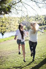 Zwei Freundinnen zusammen in einem Park