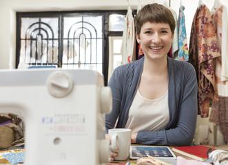 Portrait, Mode-Designerin mit Tablet-PC auf ihren Schreibtisch
