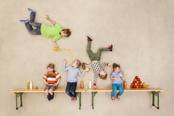 Kinder in der Mittagspause