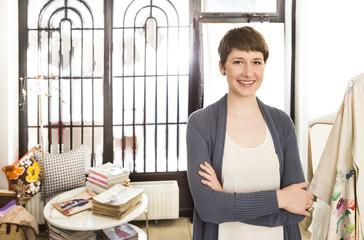 Porträt der lächelnden Mode-Designerin in ihrem Atelier