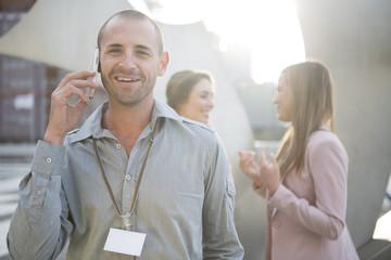 Porträt der lächelnden Geschäftsmann telefoniert mit Smartphone