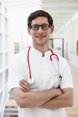 Deutschland, Bayern, Dießen am Ammersee, junger Arzt mit Stethoskop, Lächeln, Portrait