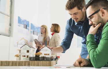 Junge Architekten im Büro mit Architekturmodell