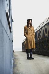 Junge Frau auf Bahnsteig