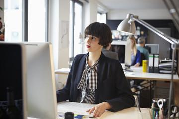 Deutschland, Köln, Männer und Frauen arbeiten im Büro