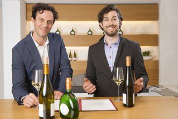 Zwei Verkäufer in einer Weinhandlung