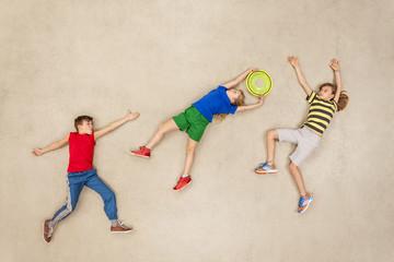 Kinder spielen Frisbee