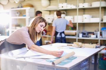 Junge Frau in einer Werkstatt, Glasmalerei