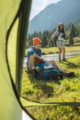 Österreich, Tirol, Tannheimer Tal, zwei junge Wanderer entspannen