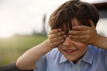 Porträt des lächelnden kleinen Jungen