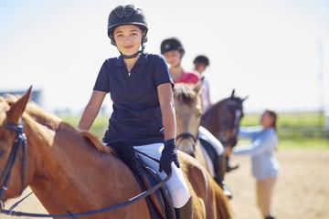 Zuversichtliches Mädchen auf Pferd