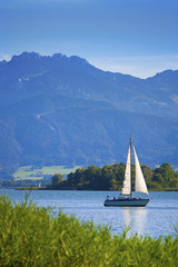 Deutschland, Bayern, Blick auf Segelboot am Chiemsee
