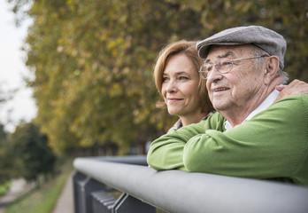 Überzeugter älterer Mann mit Tochter im Freien