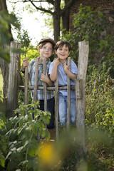 Portrait von zwei kleinen Jungen