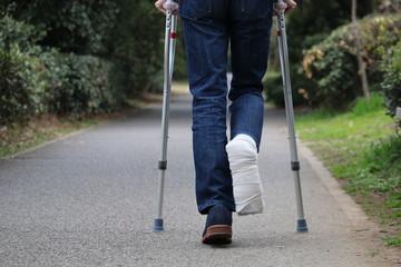 松葉杖で移動する人