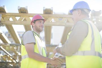 Zwei Bauarbeiter beim Händeschütteln
