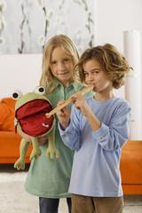 Mädchen (8-9) und Junge (6-7), spielt Blockflöte