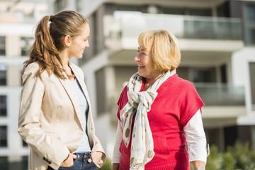 Enkelin und ihre Großmutter