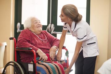 Krankenschwester, Pflege für ältere Frau im Rollstuhl