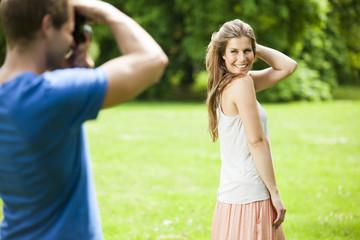 Glückliches Paar im Park macht Fotos