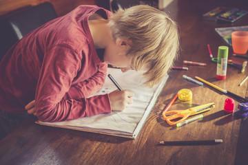 Junge zeichnet