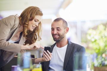 Geschäftsfrau zeigt Handy