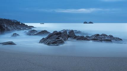 Frankreich, Bretagne, Cap Sizun, Felsen im Atlantischen Ozean, Langzeitbelichtung