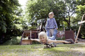 Deutschland, Nordrhein-Westfalen, Köln, Jungen mit Skateboard, lächelnd