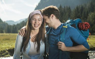 Österreich, Tirol, Tannheimer Tal, Porträt junges Paar Wanderer