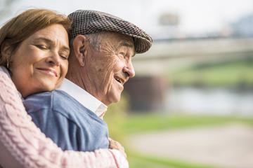 Tochter mit älterem Mann im Freien