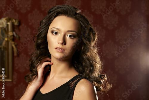 Aluminium Kapsalon Beautiful young woman with long curly hair